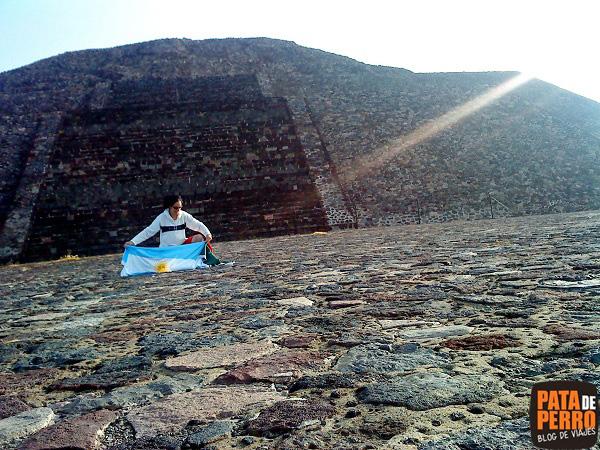 preparando las banderas piramide de la luna teotihuacan mexico