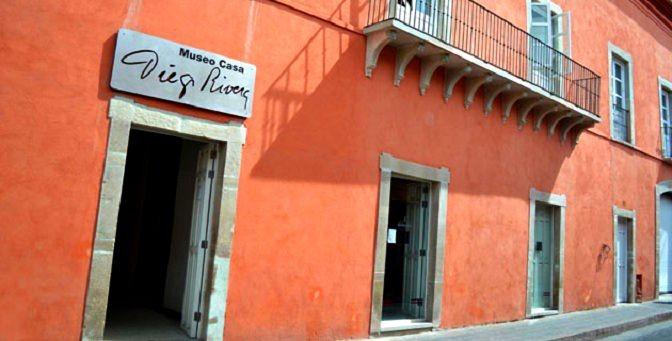 Unos mates frente a la casa de Diego Rivera en Guanajuato