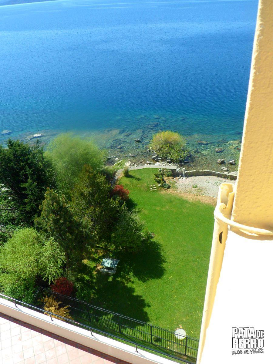 En la sombra de los árboles está la mesita donde tomé mate... Hermosa vista desde la ventana de mi habitación