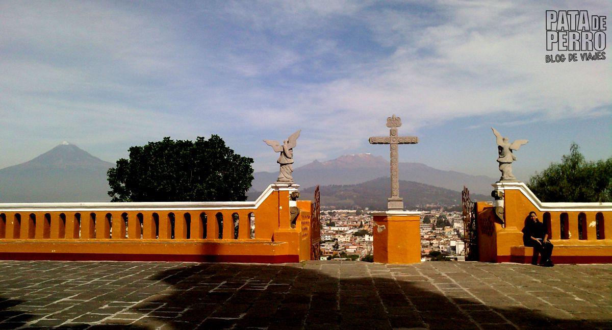 Vista de los volcanes Popocatepetl e Iztaccíhuatl desde la Iglesia de la Virgen de los Remedios