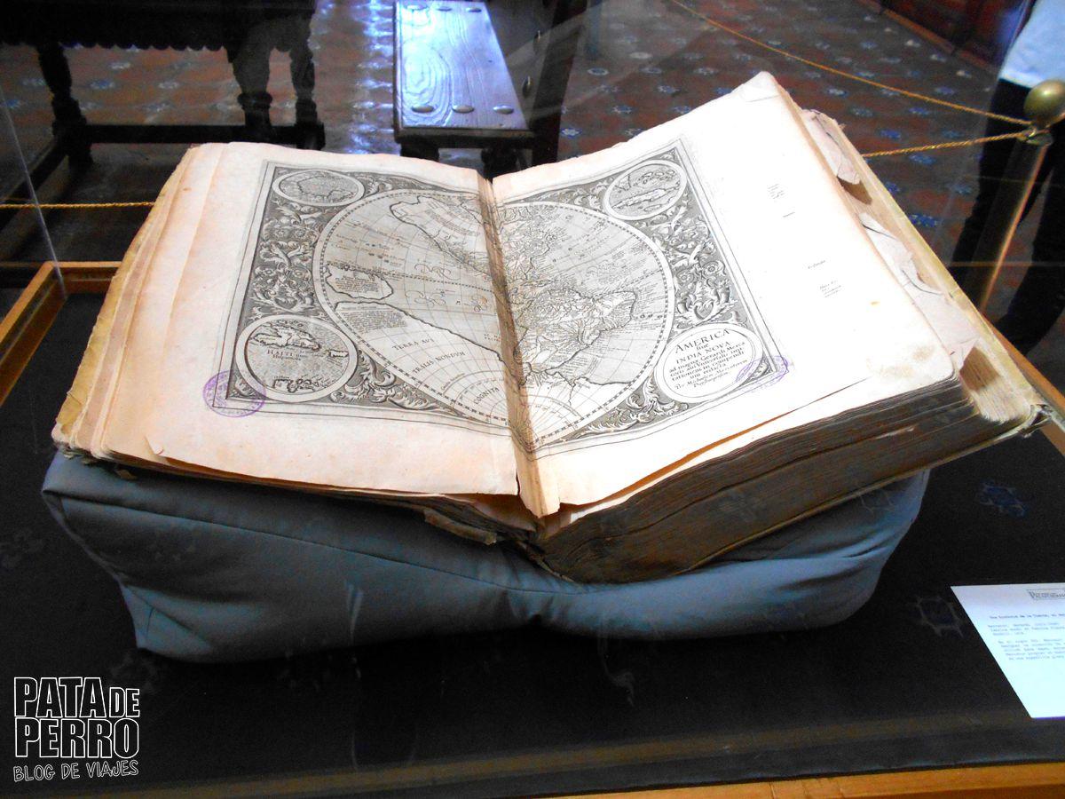 biblioteca-palafoxiana-la-primera-biblioteca-publica-de-america-pata-de-perro-blog-de-viajes-puebla-mexico-15